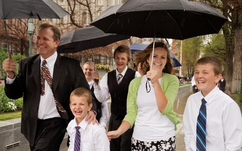 familia asiste a la conferencia