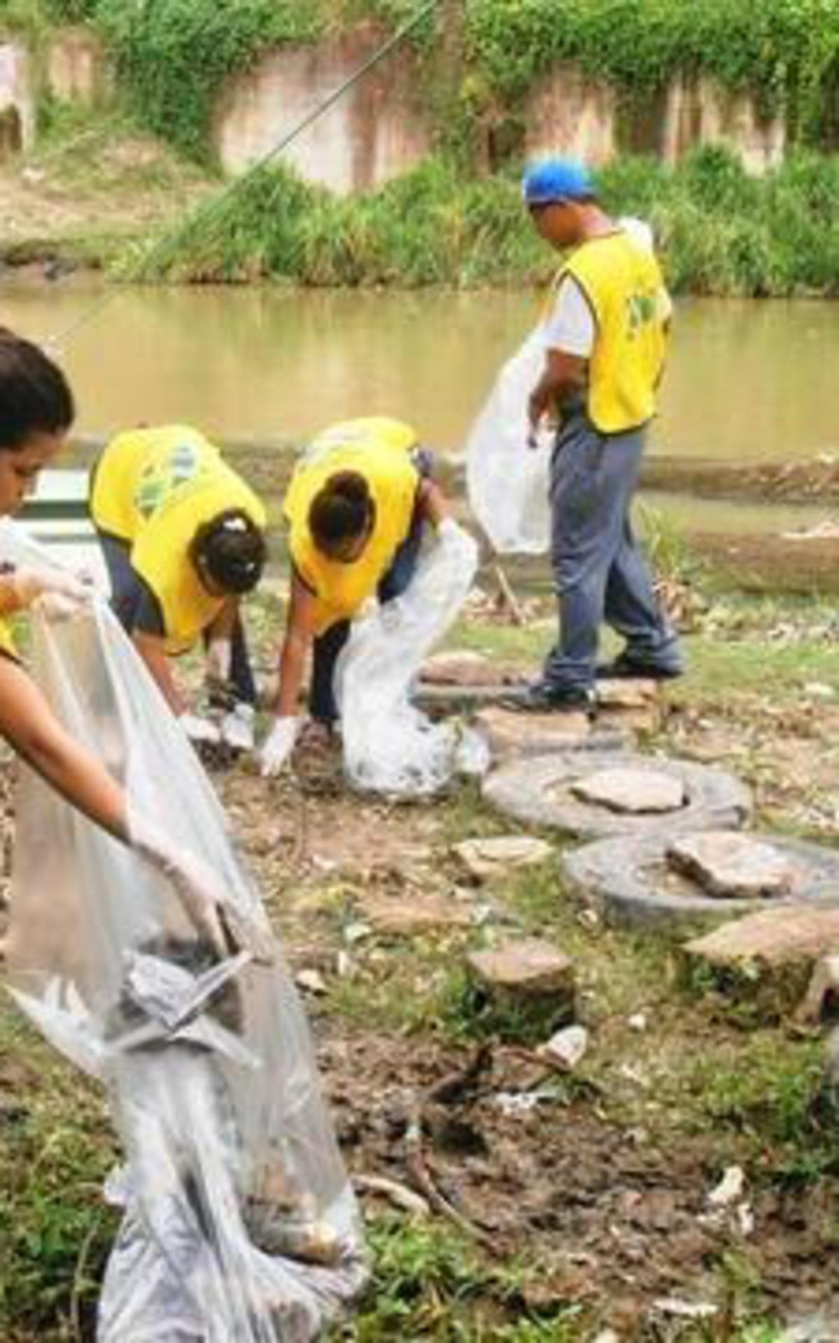 Hombres_y_mujeres_jovenes_del_barrio_de_Bella_Vista_prestan_servicio_en_la_orilla_del_Yaque_del_Norte - Copy.jpg
