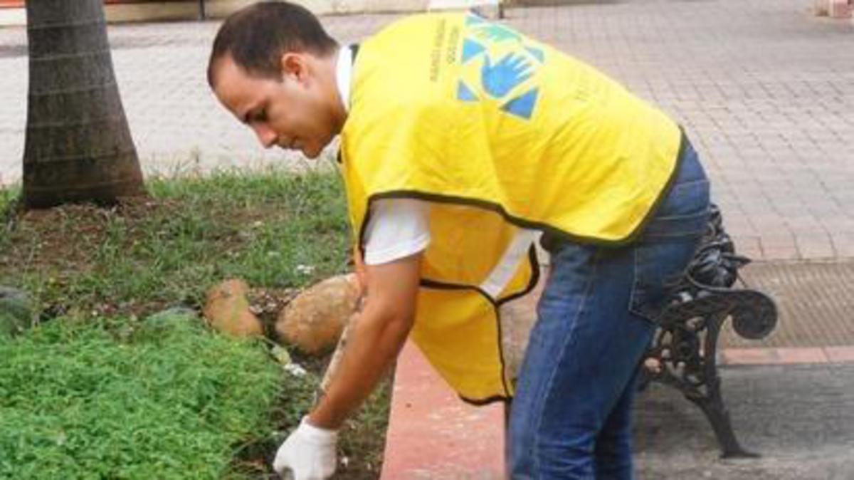 Un hermano del barrio de Pueblo Nuevo realiza labor de servicio en la avenida Hermanas Mirabal