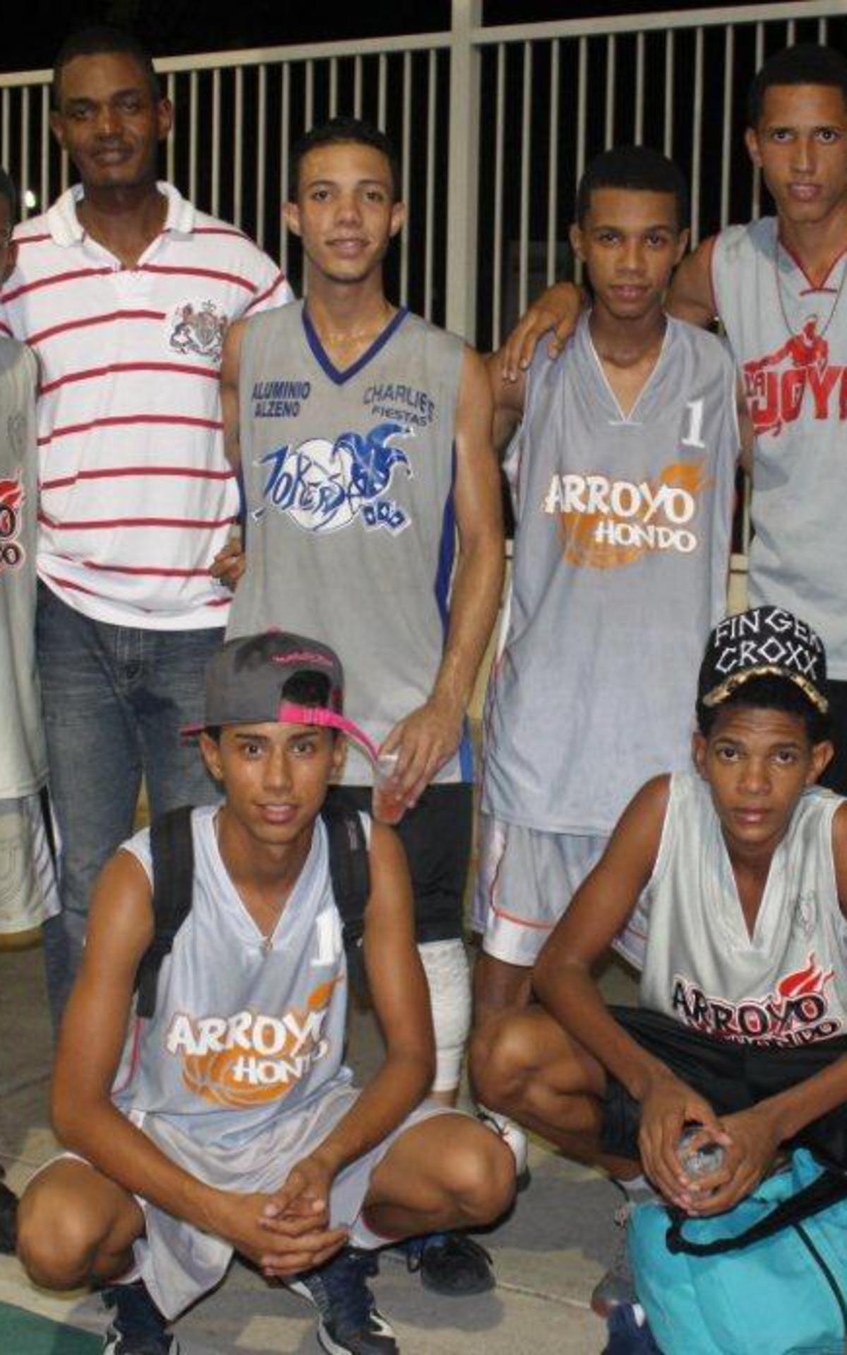 El equipo campeón de baloncesto en las Olimpiadas Juvenil 2014 Barrio de Arroyo Hondo y Bella Vista..jpg