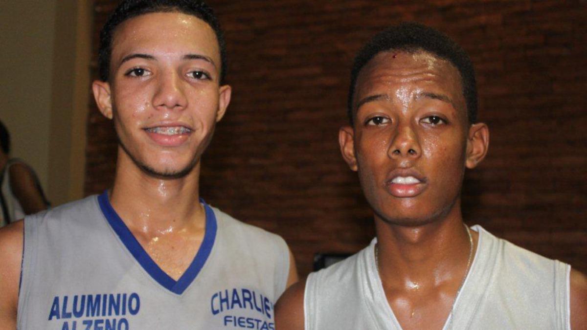 Los héroes del torneo de baloncesto Víctor Lee y Winton Galán, jugadores del equipo Arroyo Hondo Bella Bista.jpg