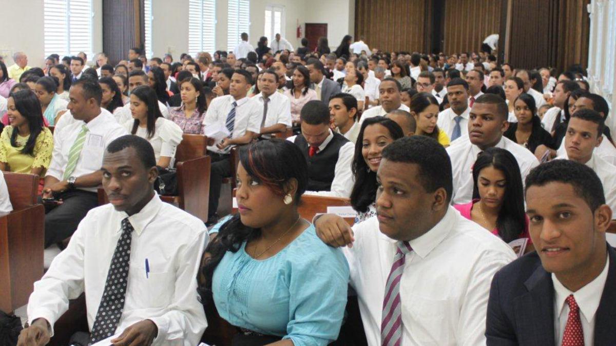Parte de los asistentes al acto de graduación del Instituto de Religión de Santiago.jpg