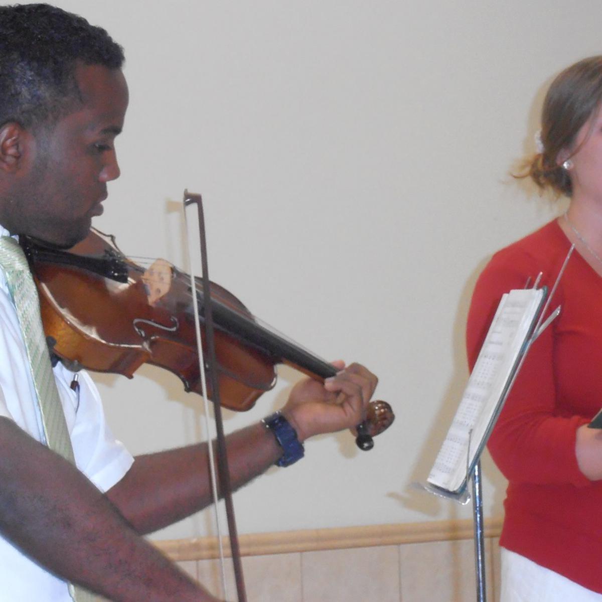 El violista Arcadio Vargas ac ompaña a la hermana Ewell.jpg