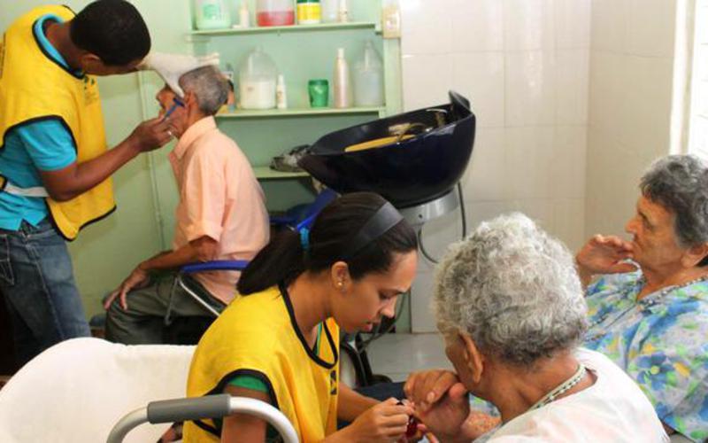 Manos Mormonas que Ayudan a los envejecientes de Santiago