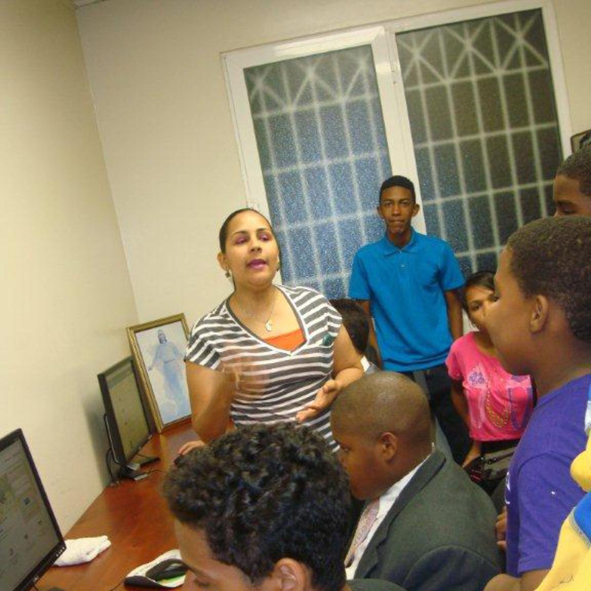 Con los jovenes en el centro de Genealogia.jpg