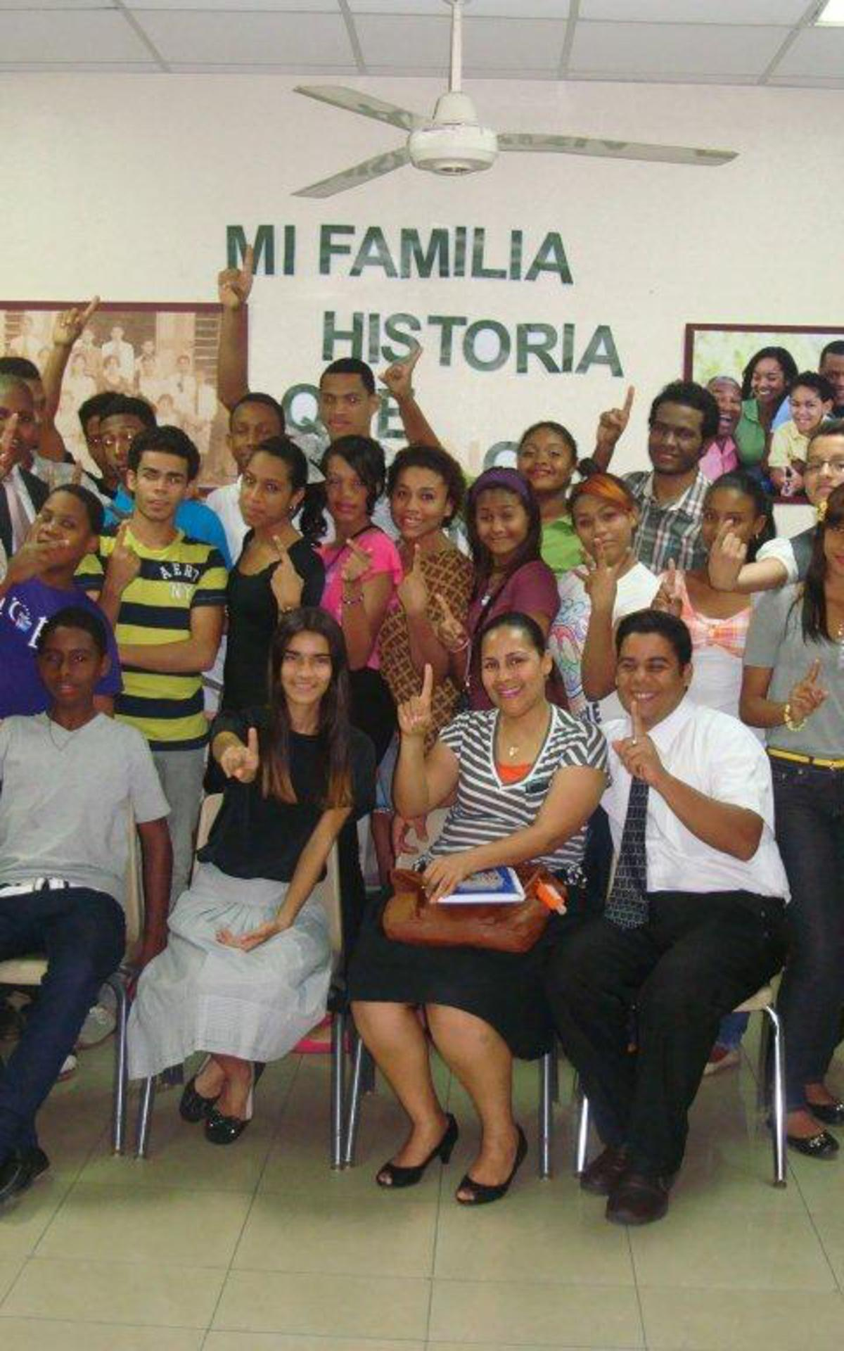 Mutual de Historia Familia HYMJ del Barrio de Mendoza- Jovenes haciendo la promesa de que llevaran un nombre al templo.jpg