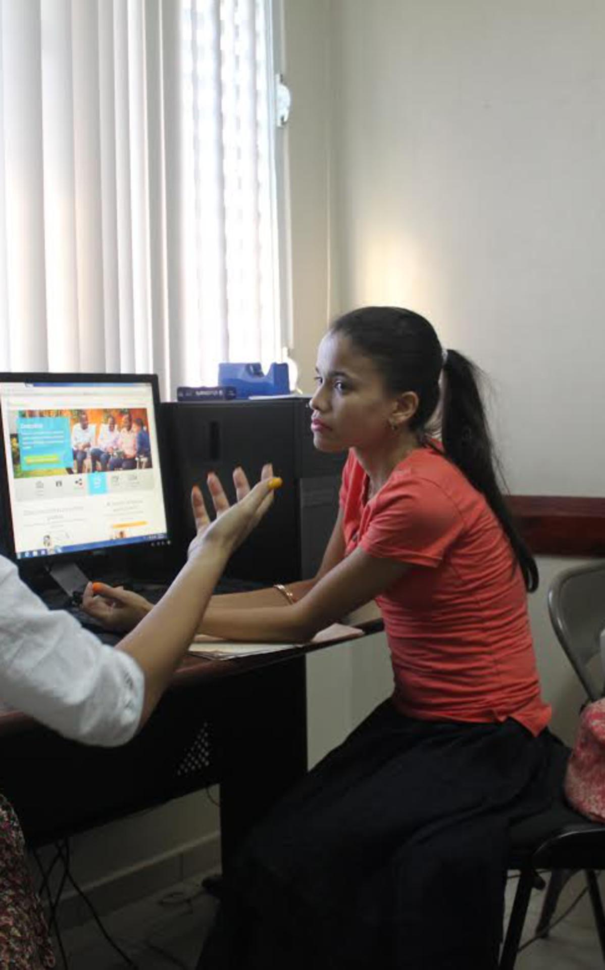 La hermana Santana mientras ofrecía información a miembros de la Iglesia interesados en el tema.jpg