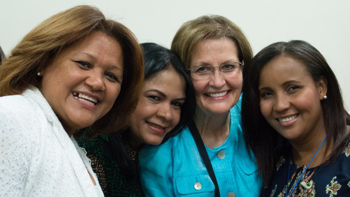 La hermana Linda K. Burton y la hermana Neill F. Marriott nos visitan