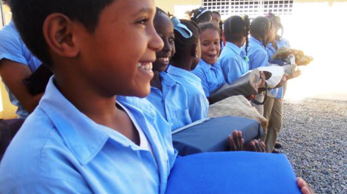 Iglesia dona útiles escolares a niños en Santiago