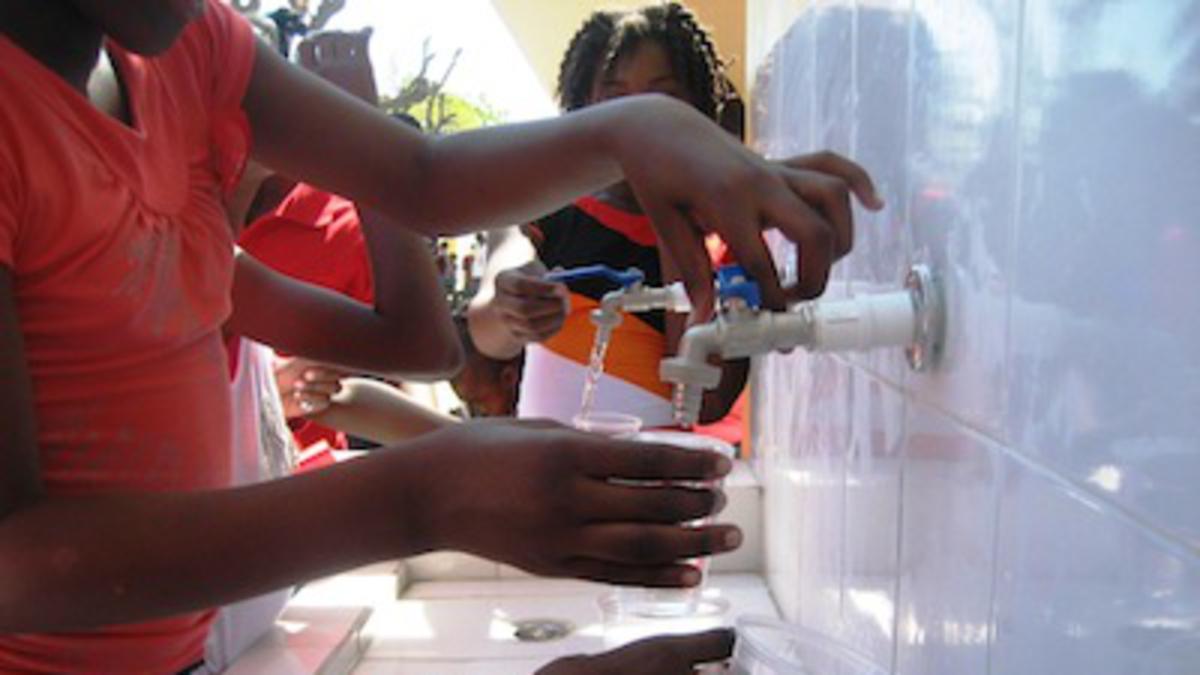 Provisión de agua potable y equipos escolares