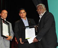 Arcadio Vargas recibe pergamino que lo acredita como ganador del primer lugar.jpg