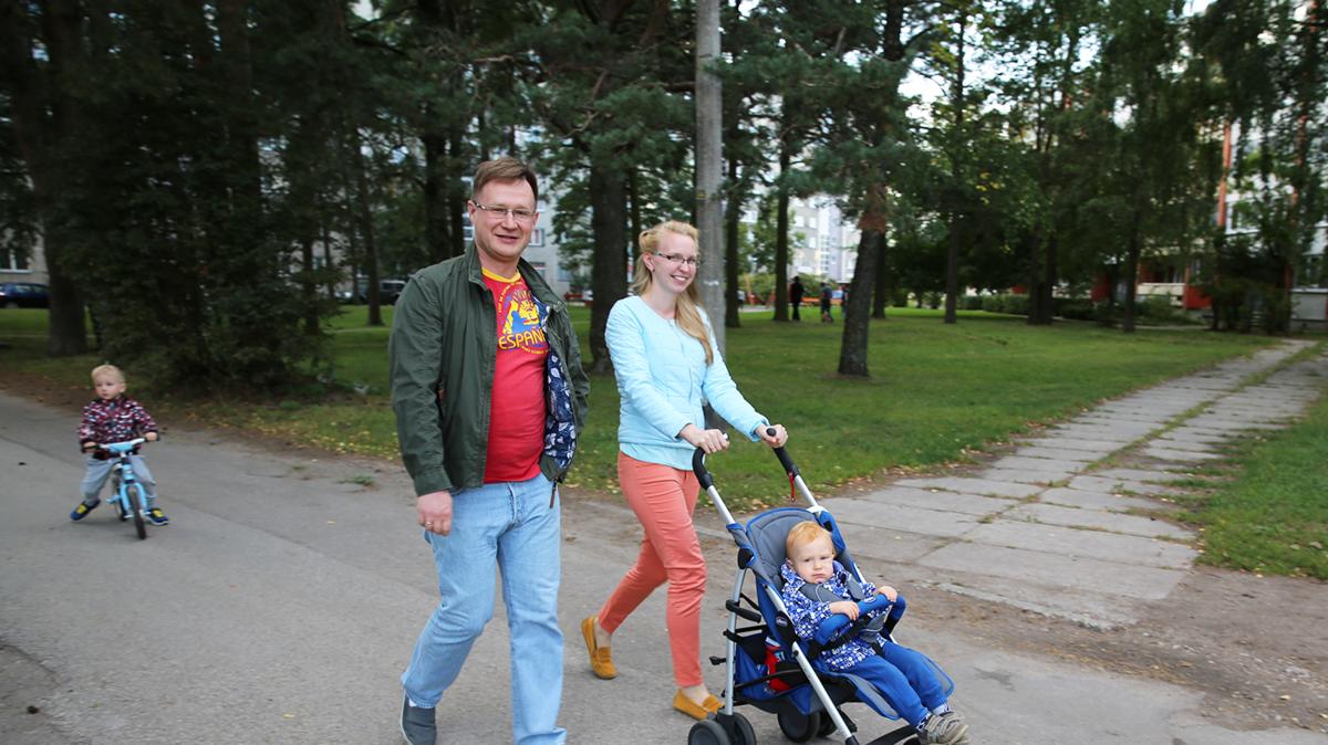 Familia caminhando no parque
