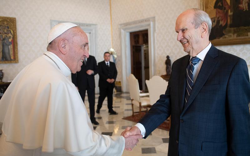 Papst Franziskus heißt Präsident Russell M. Nelson am 9. März 2019 im Vatikan willkommen. © Foto mit freundlicher Genehmigung des Vatikans.