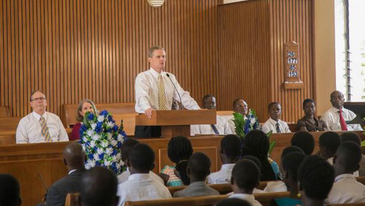 David A. Bednar rencontre les jeunes adultes seuls et les jeunes de l'interrégion d'Afrique de l'Ouest