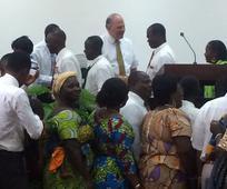 Les membres du pieu de Takoradi au Ghana se mirent en rang pour serrer la main de Ronald A. Rasband le 19 Mars après la session du samedi soir de leur conférence de pieu.