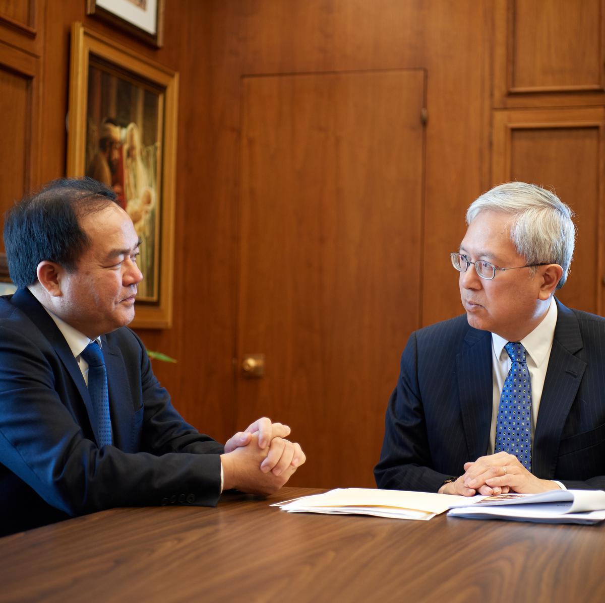 Mr. Vu Chien Thang, ketua Komite Urusan Keagamaan Vietnam, berbicara dengan Penatua Gerrit W. Gong dari Kuorum Dua Belas Rasul di Gedung Administrasi Gereja pada 4 Juni 2019.