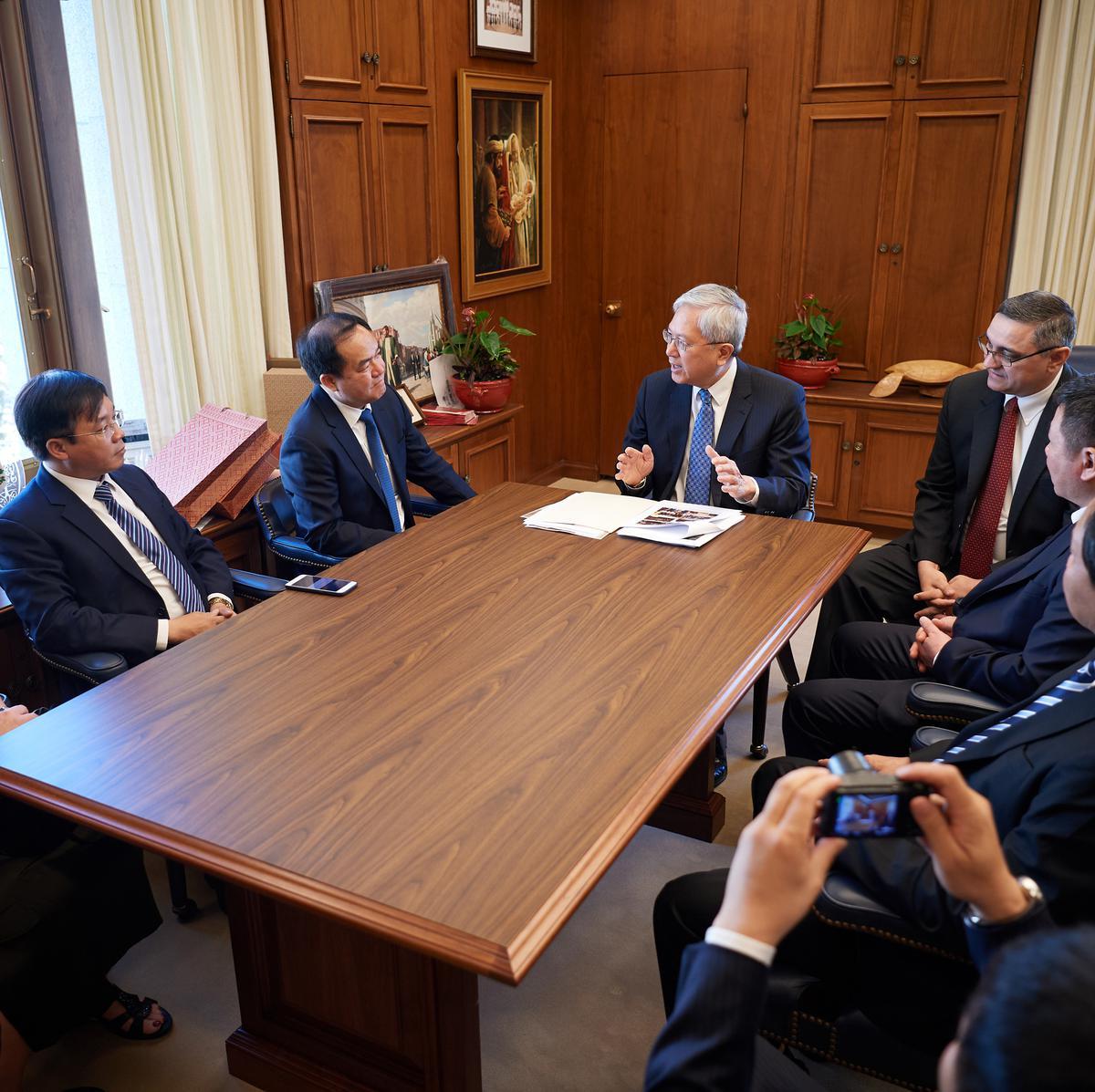 Penatua Gerrit W. Gong dari Kuorum Dua Belas Rasul, tengah, bertemu dengan delegasi dari Komite Urusan Keagamaan Vietnam di Gedung Administrasi Gereja pada 4 Juni 2019.