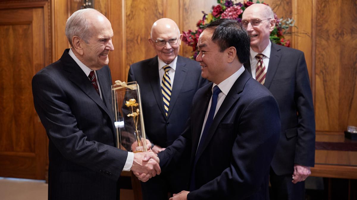 Presiden Russell M. Nelson menerima cendera mata dari Mr. Vu Chien Thang, ketua Komite Urusan Keagamaan Vietnam, pada 4 Juni 2019.