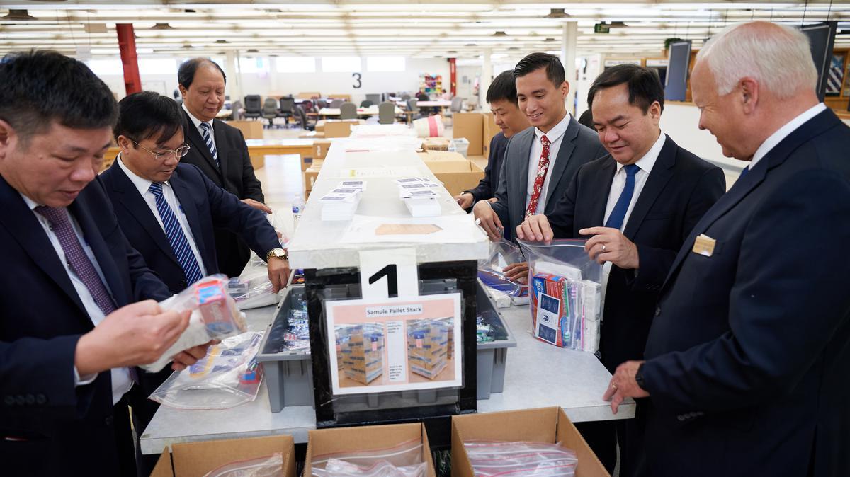 Delegasi dari Komite Urusan Keagamaan Vietnam mengemas perangkat kesehatan di Welfare Square di Salt Lake City pada 4 Juni 2019.