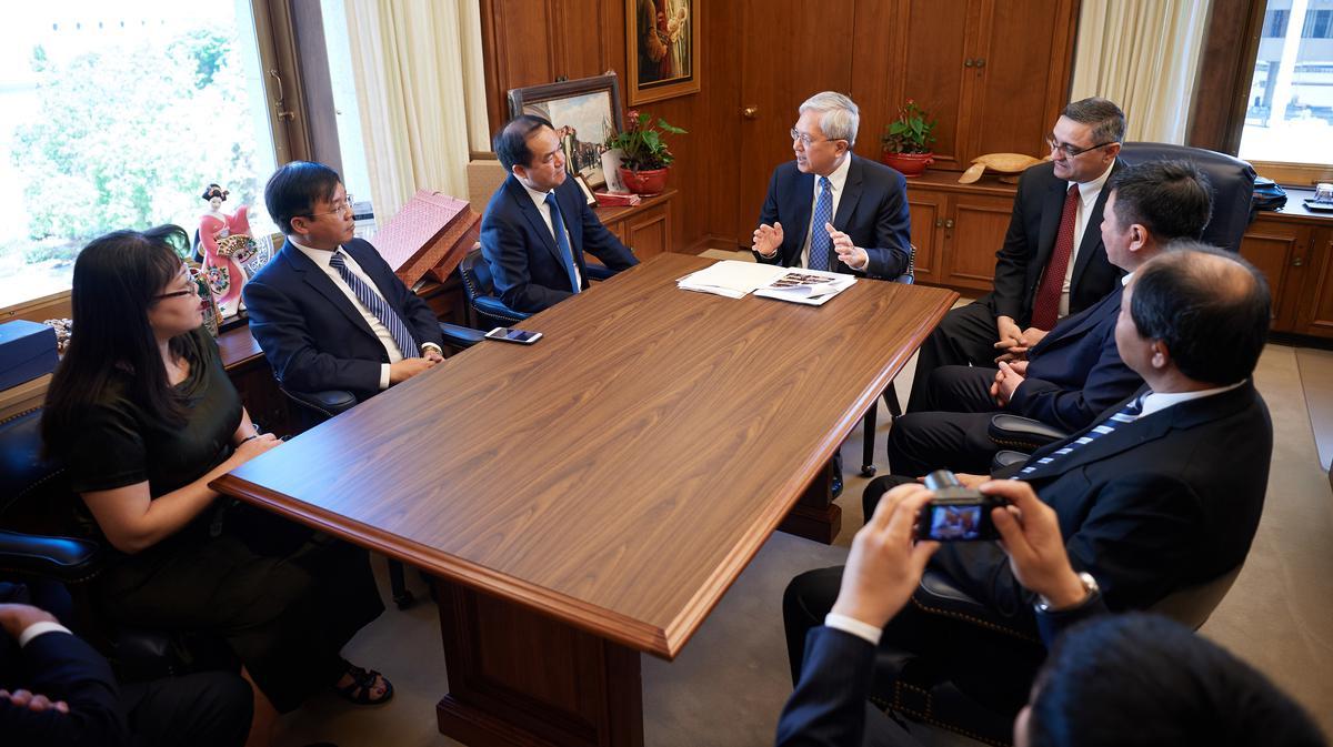 2019年6月4日,十二使徒定額組的江文漢長老(坐在中間者)在教會行政大樓,與越南宗教事務委員會代表團會面。