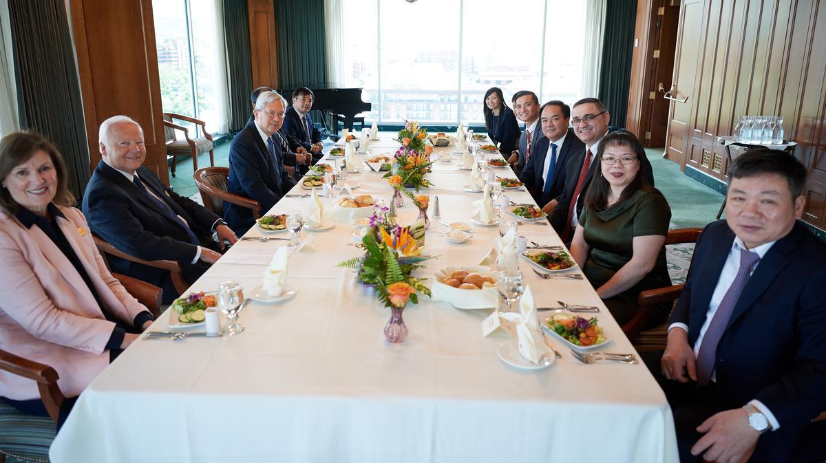 Delegasi dari Komite Urusan Keagamaan Vietnam makan siang bersama Penatua Gerritt W. Gong dari Kuorum Dua Belas Rasul di Gedung Memorial Joseph Smith pada 4 Juni 2019.