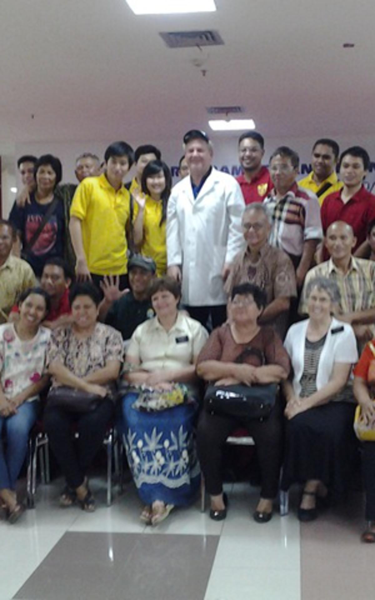 Para dokter, misionaris, serta anggota, siap untuk melayani.