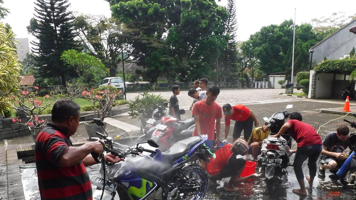 Semangat Melayani - Cuci Motor Gratis