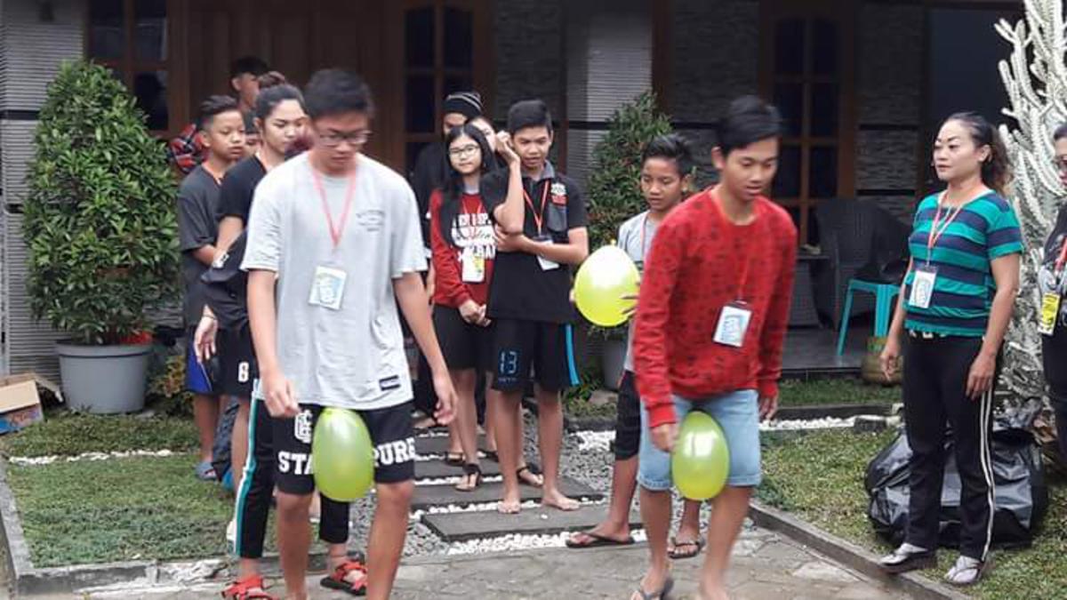 Bermain balon - Konferensi Remaja Distrik Surabaya 2017