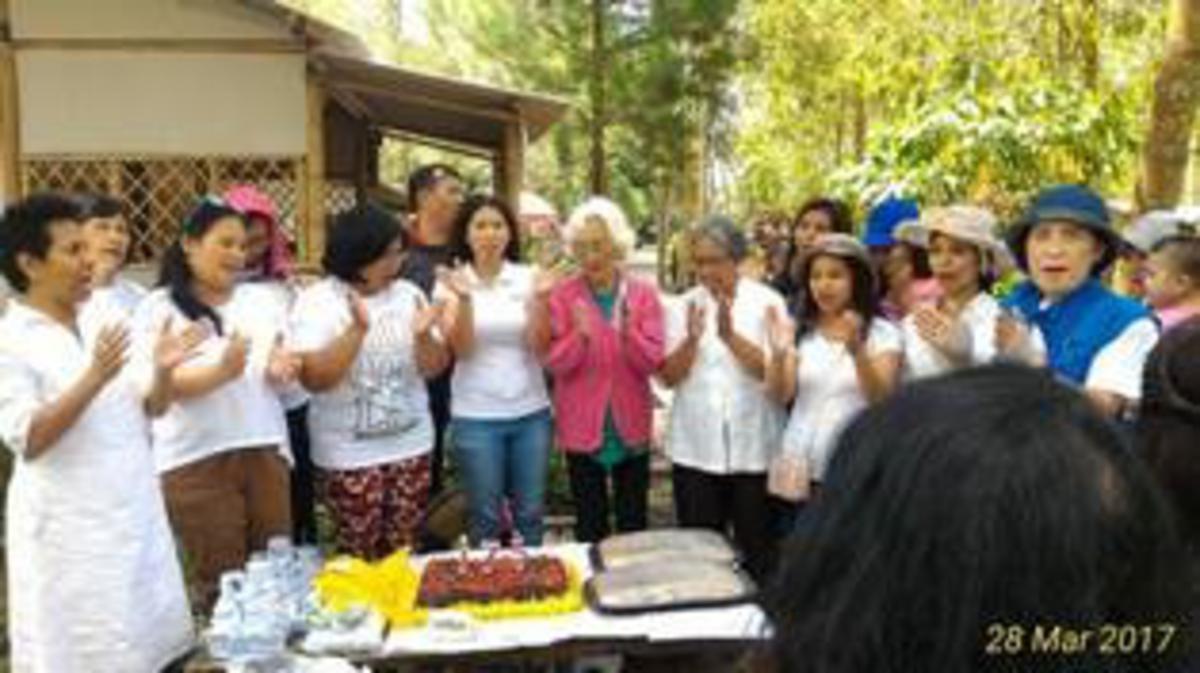 Para sister di Cabang Malang menikmati kebersamaan di HUT Lembaga Pertolongan di alam bebas.