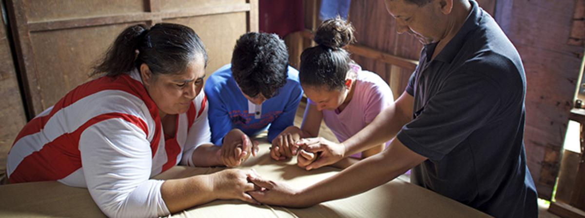 keluarga-di-paraguay-berdoa