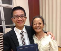 圖片圖說 江濡秀(左)和母親一起分享畢業的喜悅
