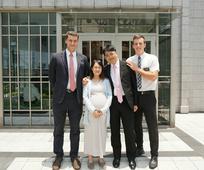 圖片圖說 王椿詠弟兄、蔡孟芸姊妹完成婚姻印證後與兩位長老在聖殿前合照