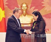 Phó Chủ tịch Quốc Hội Tòng Thị Phóng thân mật đón tiếp Anh Cả Jeffrey R. Holland tại tòa nhà Quốc Hội, Việt Nam (nguồn Thông Tấn Xã Việt Nam)