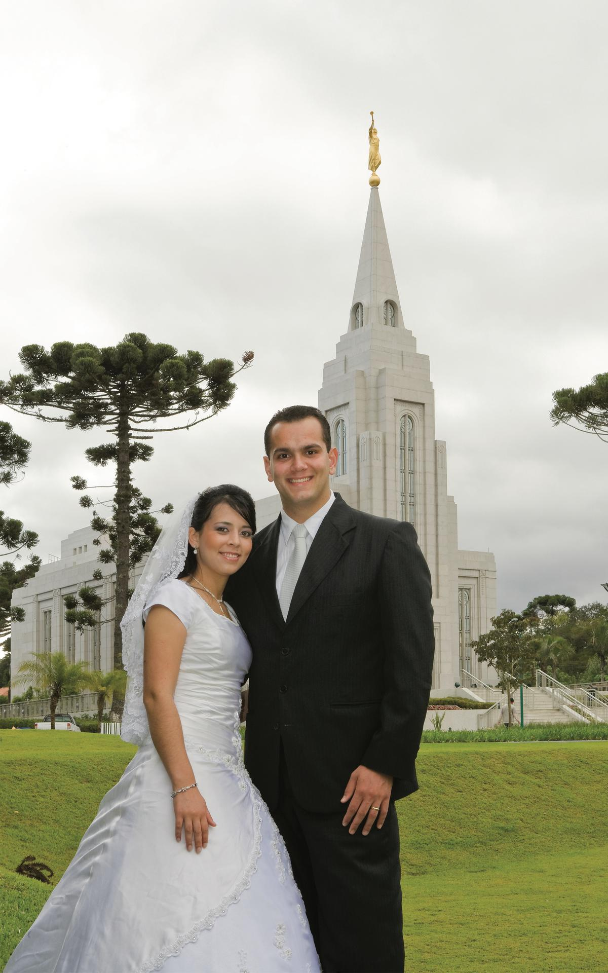 Uma noiva e noive no Templo da Igreja de Jesus Cristo em Curitiba. Uma nova família começa quando um homem e uma mulher se casam. Relacionamentos familiares são fortalecidos pela devoção a Jesus Cristo.