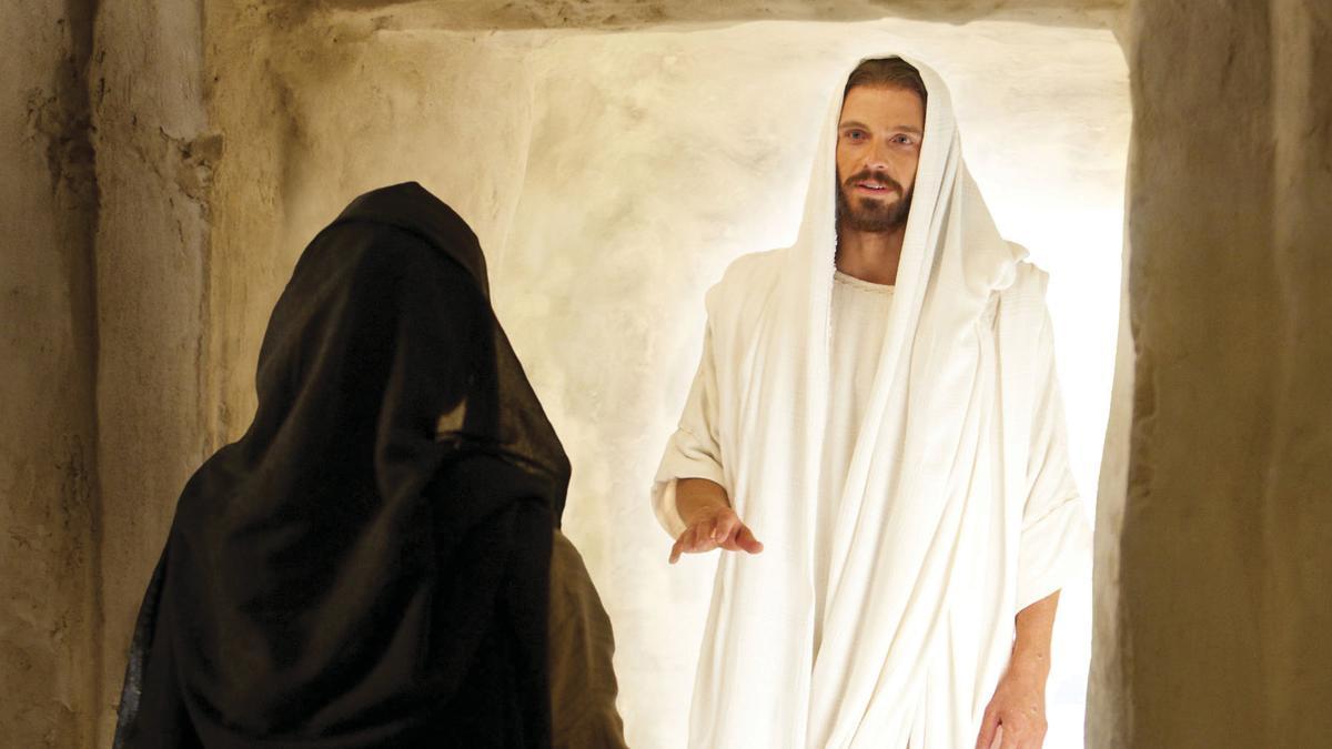 Jesus Cristo e Maria no sepulcro vazio. O Plano de Salvação de Deus incluiu enviar Jesus Cristo à Terra para viver uma vida perfeita, morrer e ser ressuscitado. Por causa Dele, todos podemos voltar a viver com Deus depois de morrermos.