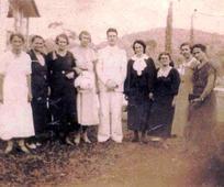 Batismo da irmã Bertha A. Just Sell, em 14/04/1929, no Rio Cachoeira, em Joinville, SC, por Élder Emil Anton Josef Schindler, o primeiro missionário no Brasil