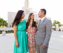 jovem-pais-familia-templo.jpg