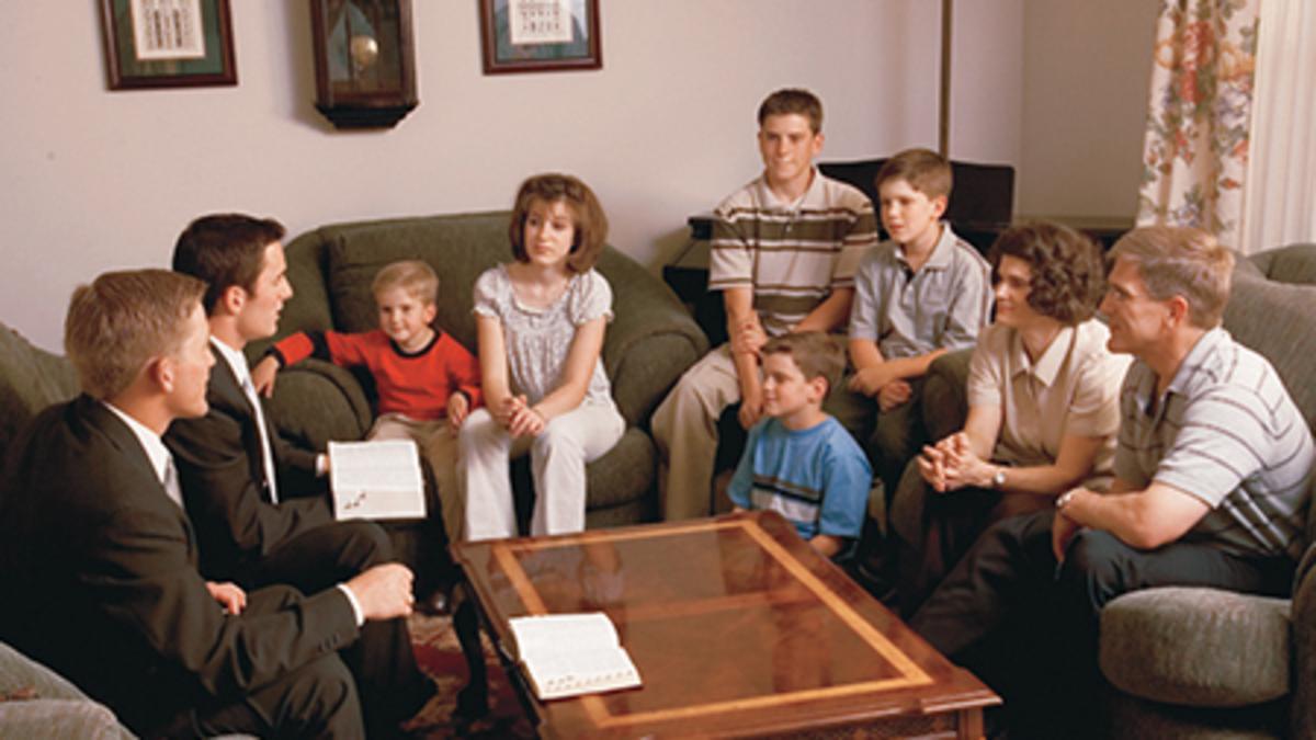Misioneros enseñando a la familia