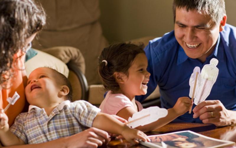 La noche de hogar: una tradición que brinda lecciones que perduran.