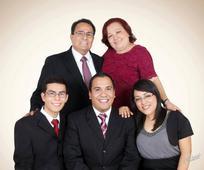 Paola Ortega junto a padres y hermanos.jpg