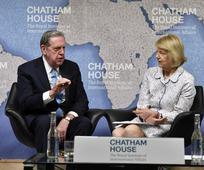 Plaku Xhefri R. Holland duke iu drejtuar një publiku në Institutin Mbretëror të Çështjeve Ndërkombëtare