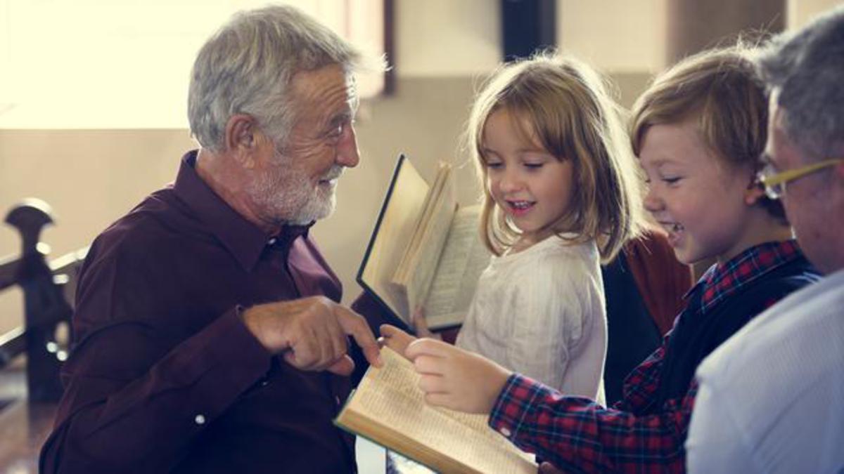 Burre i moshuar duke mesuar femijet