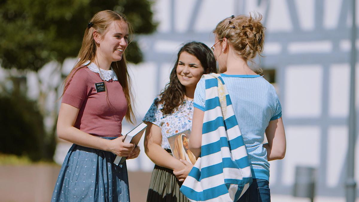 Tre kvinner som snakker