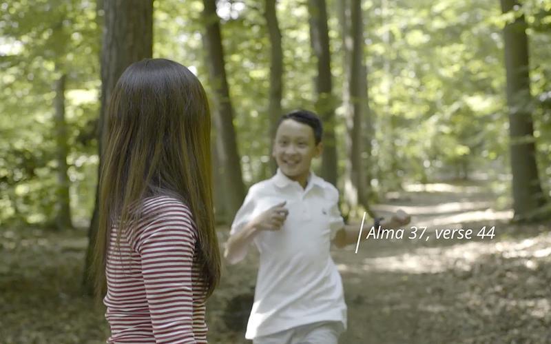 Zwei Leute gehen im Wald spazieren