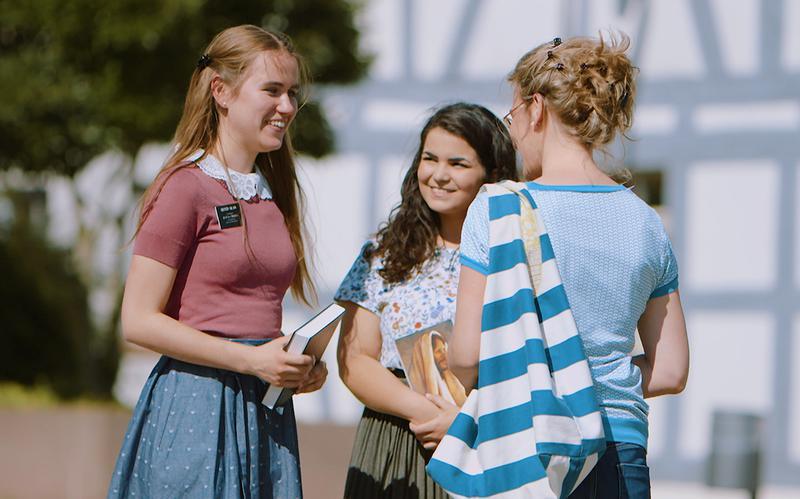 Kolme naista juttelemassa