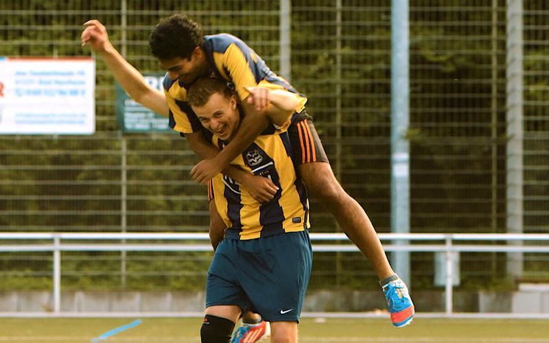 Kaksi jalkapalloilijaa riemuitsee