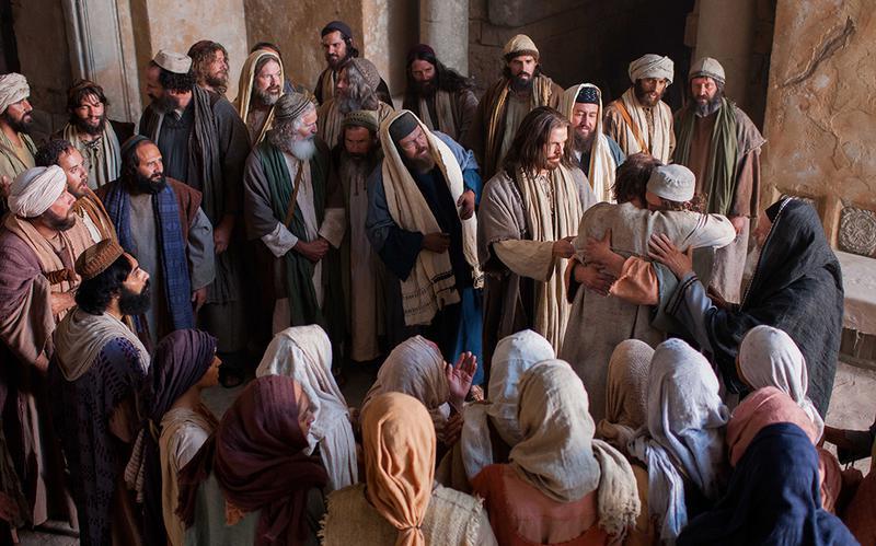 Gesù Cristo che benedice persone tra la gente