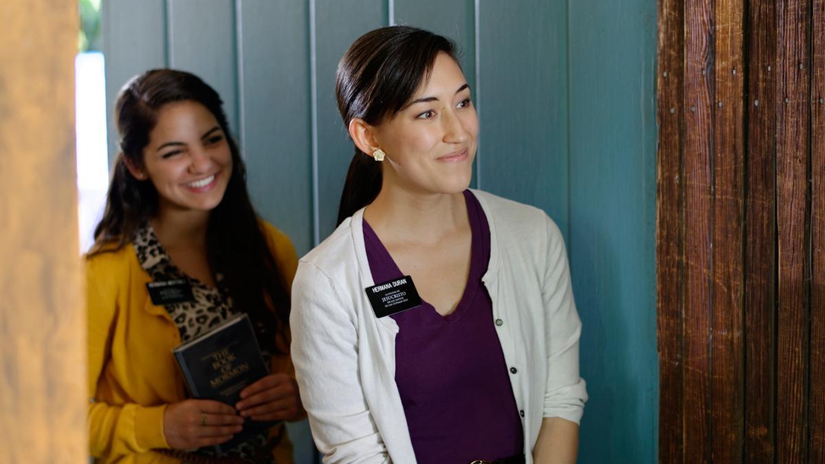 Søstermisjonærer underviser om Jesu Kristi evangelium