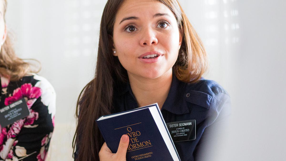 Eine Missionarin mit dem Buch Mormin