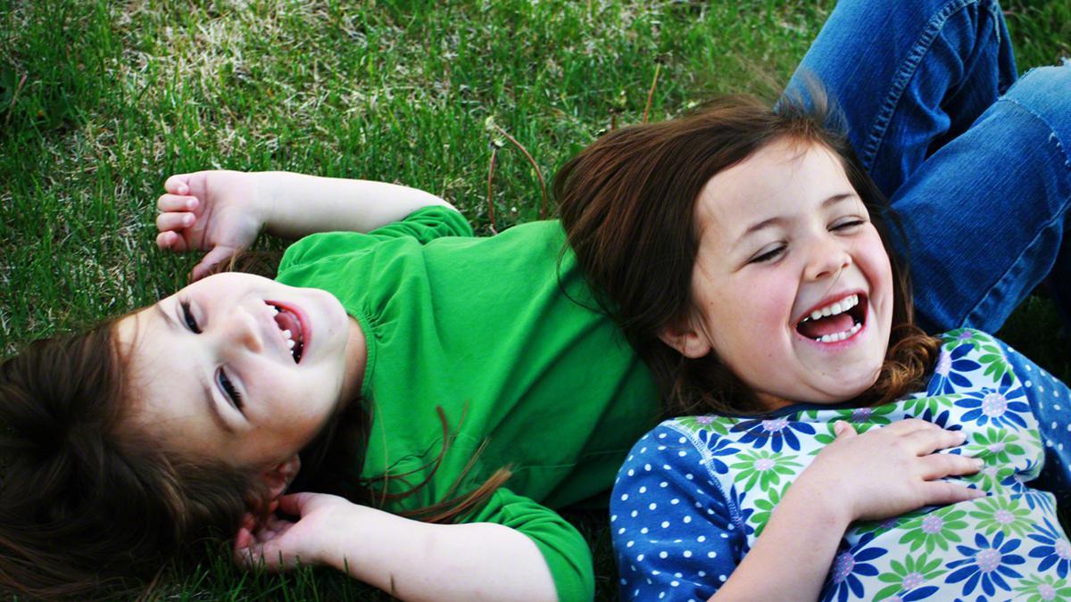 Mormonfamilier tilbringer tid sammen under en ukentlig familiens hjemmeaften.